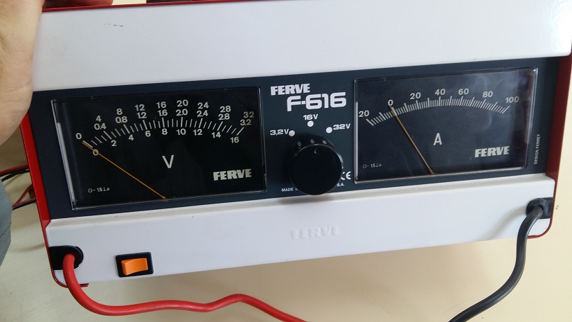 voltiamperímetro automotriz detalle de las agujas indicadoras de tensión y corriente