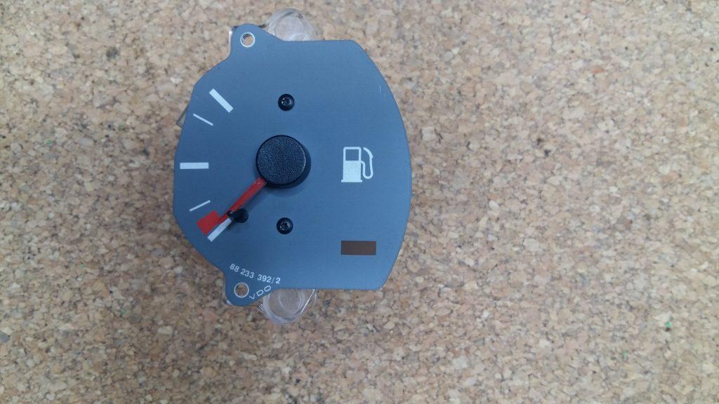 aguja indicadora de combustible
